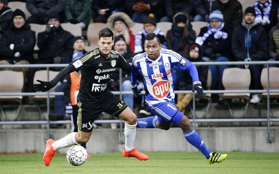 Veikkausliigassa pelasi viime kaudella 102 ulkomaalaista pelaajaa. SJK:n andorralainen Marcos Vales Gonzales ja HJK:n kolumbialainen Alfredo Morelos kamppailivat pallosta Veikkausliigan päätöskierroksella.
