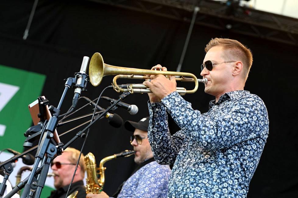 Trumpetisti Jukka Eskolan (oik.) yhtyeessä soittavat saksofonistit Petri Puolitaival ja Aleksi Ahoniemi sekä rumpali Jaska Lukkarinen, basisti Eero Seppä ja kosketinsoittaja Mikael Myrskog.
