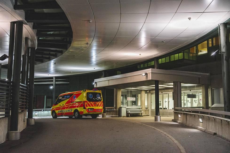 Lapin keskussairaalan sisäänkäynti keskiviikkona illansuussa.