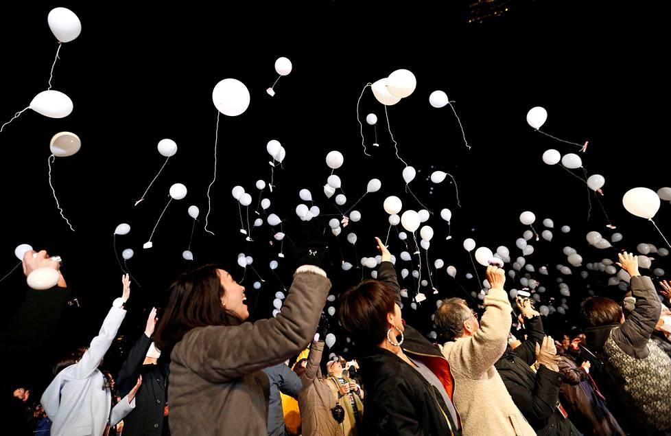 Juhlijat lähettivät ilmapalloja taivaalle Tokiossa.