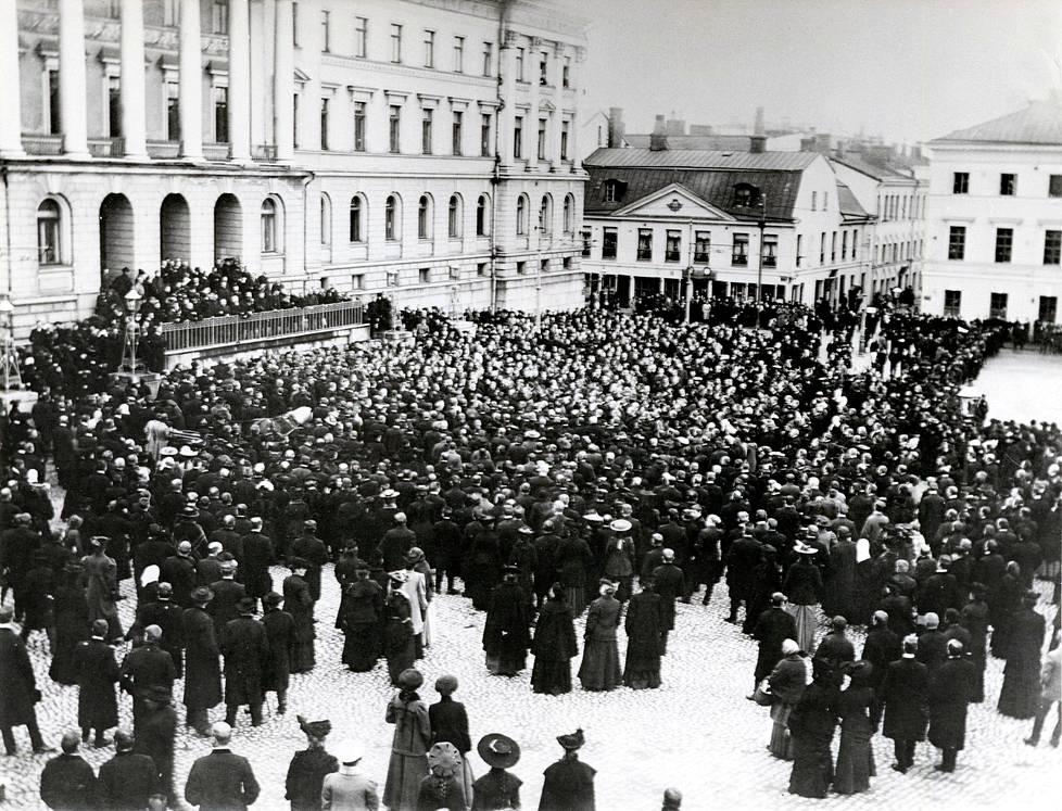 Senaatintori suurlakon aikaan 1905. Torilla pidettiin myös Metalliliiton lakko keväällä 1917, jolloin taisteltiin Suomeen 8 tunnin työaika.