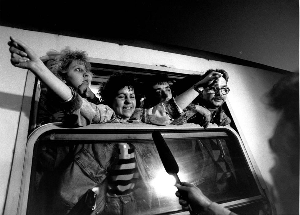 Itäsaksalaisia siirtymässä Länsi-Saksaan pakolaisjunassa syksyllä 1989.