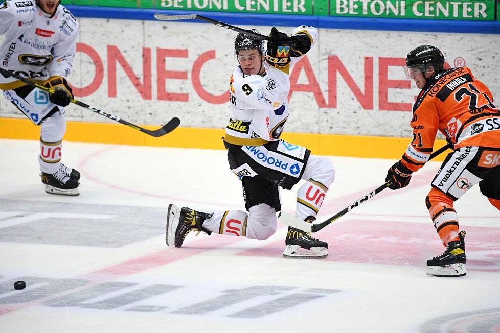 Kärppien Jesse Puljujärvi (9) and HPK's Jere Innala fought for the puck in the opening match of the Hockey League season at HPK-Kärpät in Hämeenlinna on October 1, 2020.