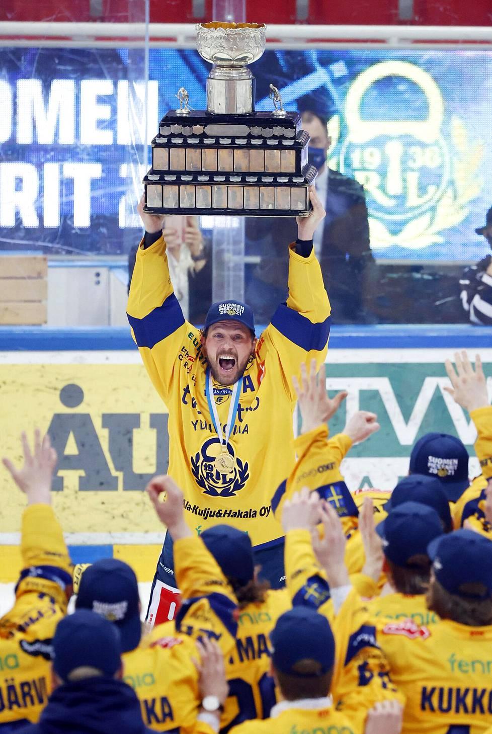 Lukon vanhin pelaaja Toni Koivisto sai ensimmäisenä nostaa Kanada-maljan ilmaan. Koivisto on pelannut 14 kautta Lukossa.
