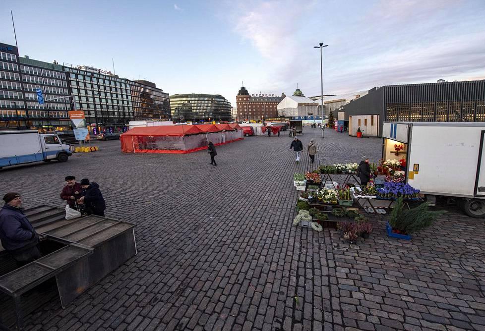 Tori myyntikojuineen on Hakaniemen keskus.