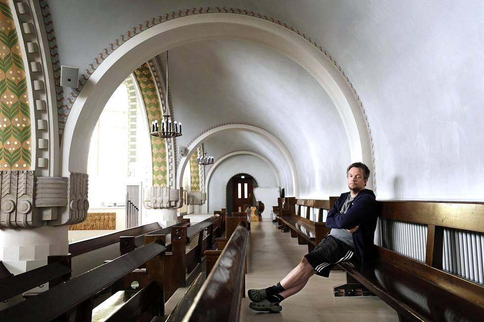 Historioitsija istui Kallion kirkon penkillä.