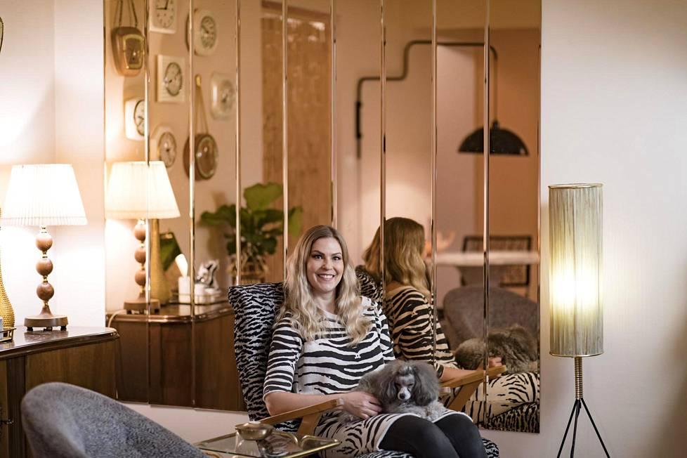"""Sisustussuunnittelija Meja Hynysen uusi asunto ei ole värikästä retrotyyliä ja """"sitä sun tätä kipparilta"""", vaan harkittu kokonaisuus, jossa on kierrätyslöytöjä ja ajateltuja yhdistelmiä."""