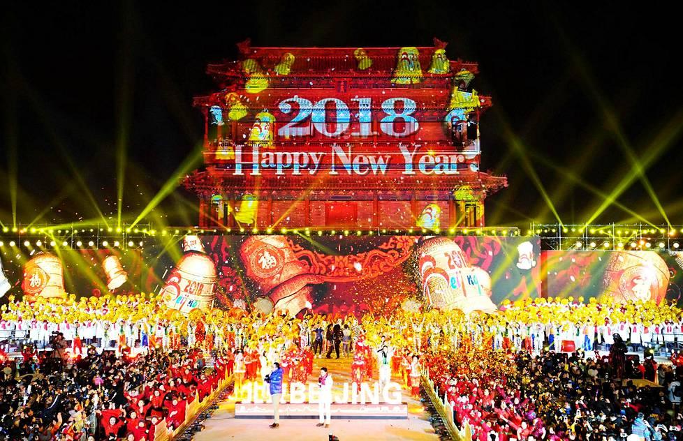 Kiinalaiset juhlivat uutta vuotta Yongdingmenin portilla Pekingissä.