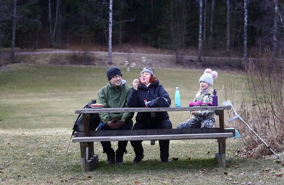 Helsingin Pakilassa asuvat Atte (vas.), Kristiina ja Julia Nurminen retkeilivät torstaina Espoon Luukin ulkoilualueella.