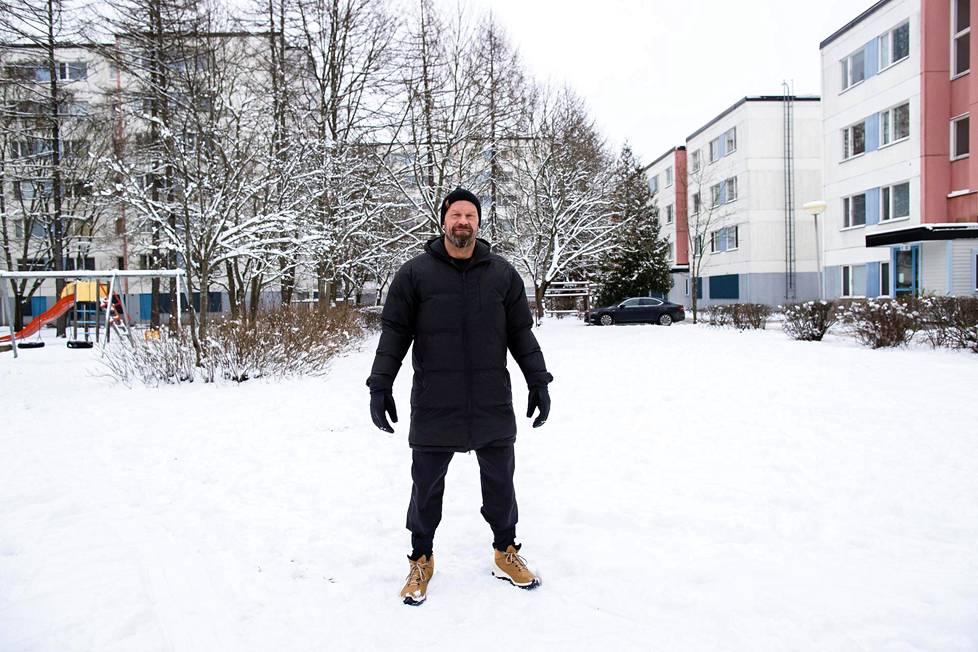 Jere Karalahti seisoo lapsuudenkotinsa korttelipihalla Helsingin Tapulikaupungissa. Tällä paikalla oli jäädytetty kenttä Karalahden lapsuudessa.