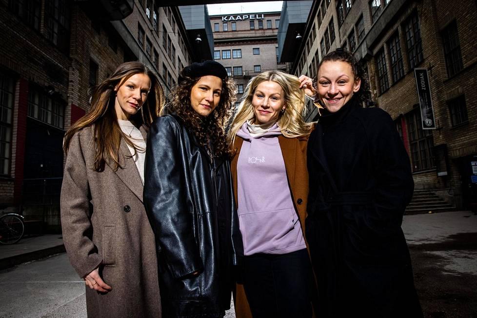 Misa, Oksana, Aksinja ja Natasha Lommi kuvattiin Kaapelitehtaan sisäpihalla Helsingissä. Kaapelitehtaalla sijaitsee heidän isoäitinsä perustama Tamara Rasmussenin tanssikoulu, jossa siskot nykyään opettavat.