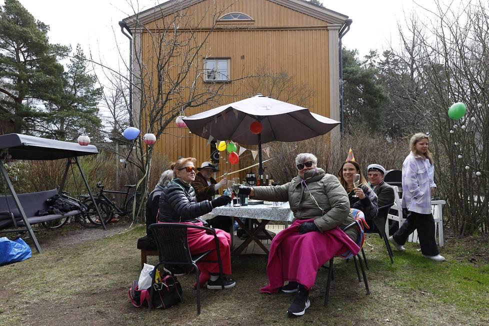 """Ystävät ja tuttavat kokoontuivat Käpylässä """"huvikummuksi"""" kutsumalleen talolle vappulounaalle."""
