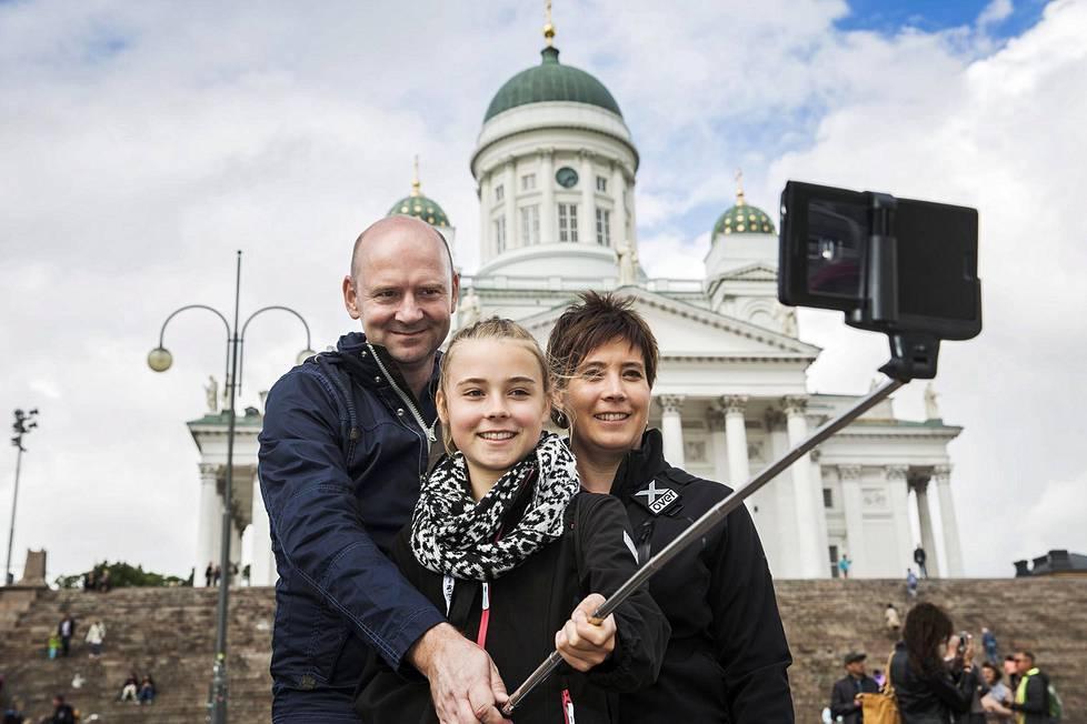 Saksalaiset Michael, Babette ja Milene Schtaat ottavat selfien Senaatintorilla heinäkuussa 2015.