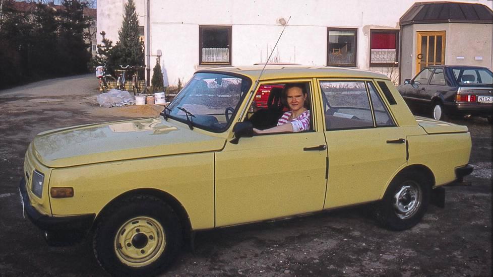 Kati Koivikon kämppäkaverilla Grit Lehmannilla oli keltainen Wartburg opiskeluaikoina 1990-luvun alussa. Lehmann oli kotoisin Itä-Saksan Leipzigista. Wartburgin kyydissä Koivikkokin pääsi tutustumaan itäpuoleen.