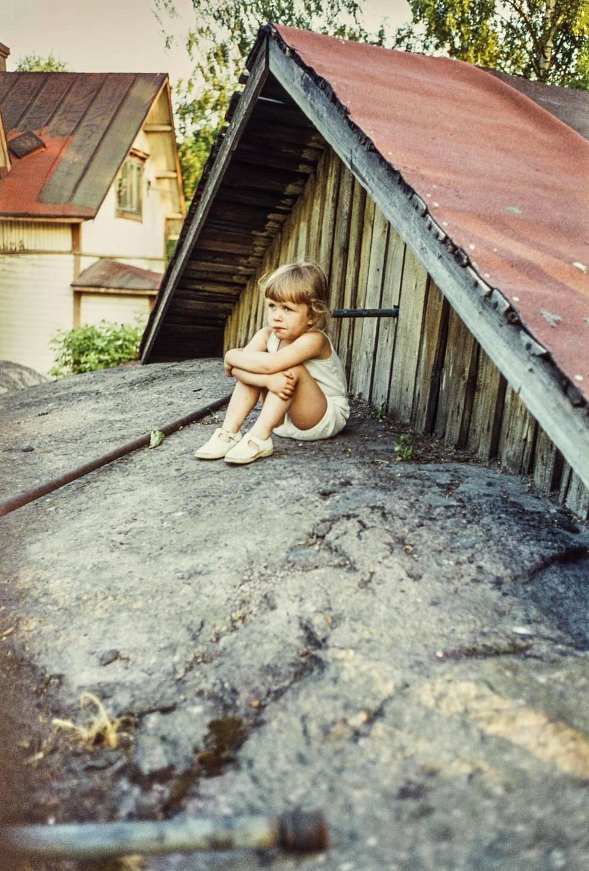 Lapsi istuu Puu-Pasilassa 1970-luvulla.