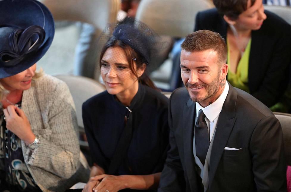 Victoria ja David Beckham asettuivat paikoilleen kappelissa.