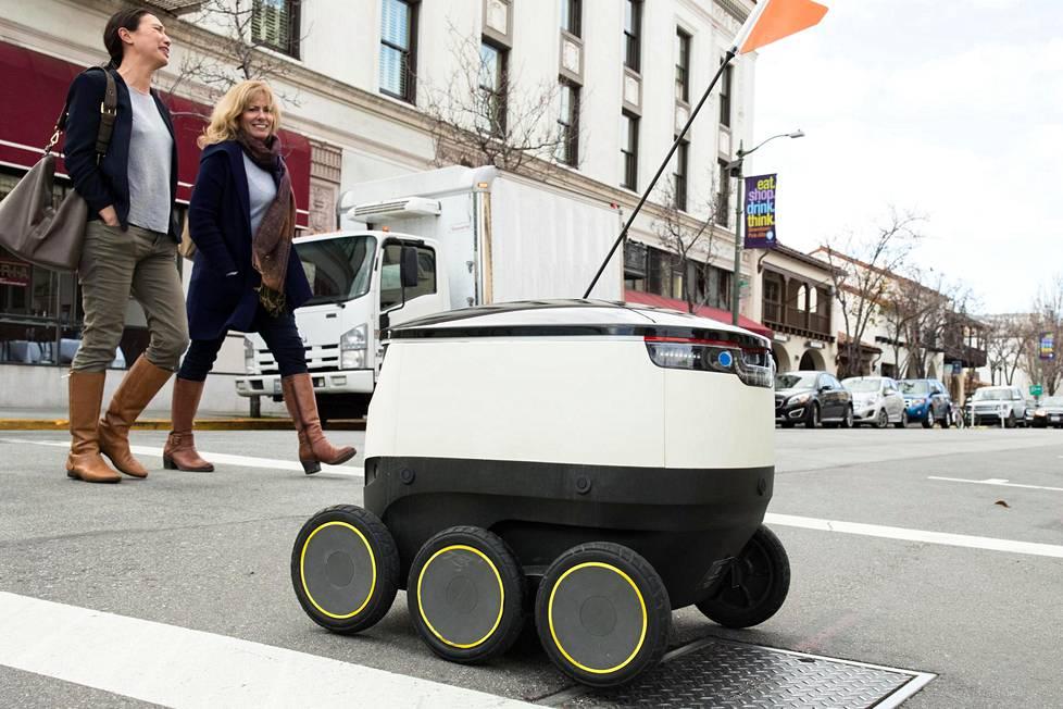Starship Technologies -yhtiön pienkuljetuksiin suunniteltu robotti kulkee autonomisesti Palo Alton kaduilla. Robotti tuntee kaupungin, osaa pysähtyä punaisiin valoihin ennen kadun ylitystä ja hakee takeaway-ruuan ravintolasta ja tuo kotiin.