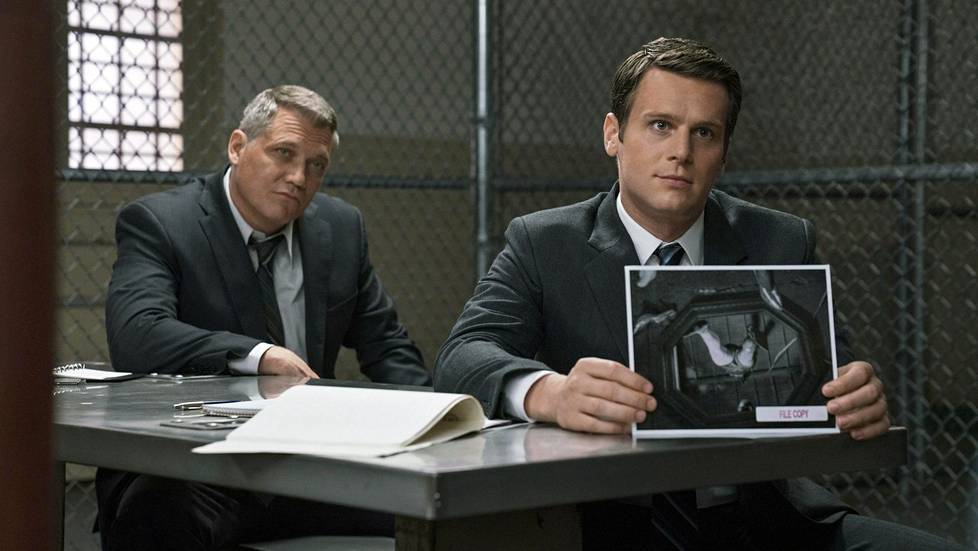 FBI:n agentit Bill Tench (Holt McCallany) ja Holden Ford (Jonathan Groff) vierailevat vankiloissa haastattelemassa sarjamurhaajia.