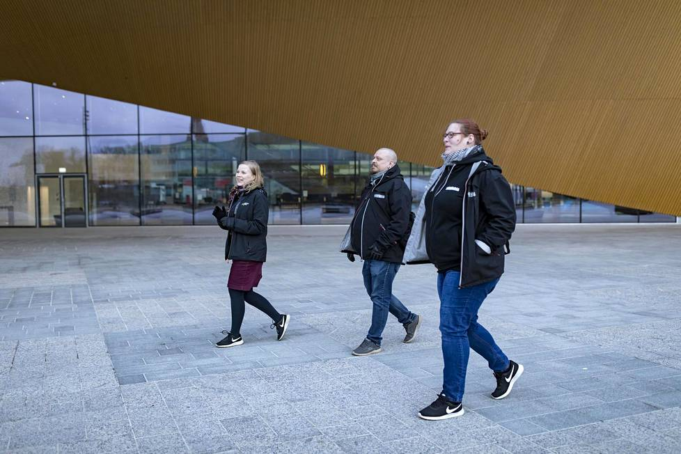 Jalkautuvalle nuorisotyölle on edelleen tarve. Eliisa Ahlstedt ja Jani Hoviaro Aseman lapset ry:stä sekä Nuorisotyö raiteilla -hankkeen Emma Kallunki kiersivät torstaina keskustassa kohtaamassa nuoria.