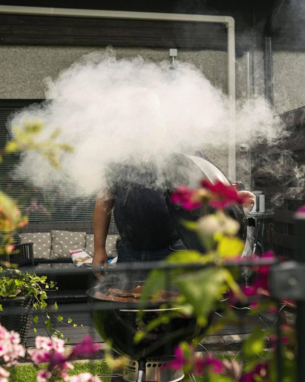Tänään Mika Salonen grillaa savustamalla  seitsemän tuntia. Grillistä pölähtää hyvät savut.