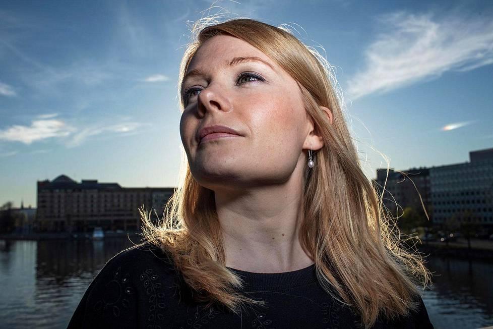 Saara Turusen kirja Sivuhenkilö on ollut kevään kirjallinen puheenaihe.