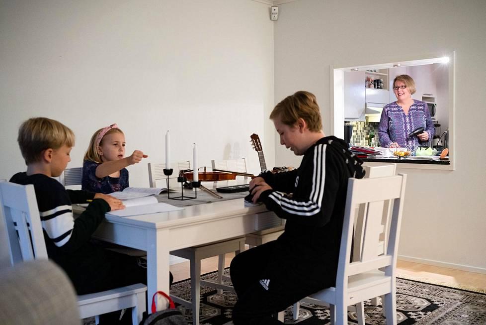 Pia Rieppo ja hänen lapsensa Noah, Ossi ja Mira viihtyvät uudessa kodissaan Espoossa.