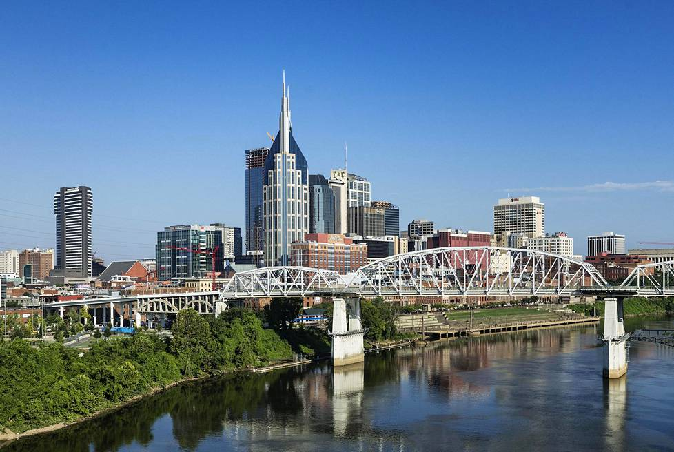 Pilvenpiirtäjät hallitsevat nykyään Nashvillen sydäntä. Cumberland-joen rannalla näkyy vanhempaa, punatiilistä rakennuskantaa.