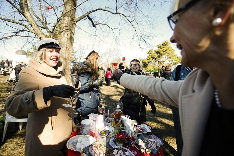 Piknik vappupäivänä vuonna 2013 Kaivopuistossa.