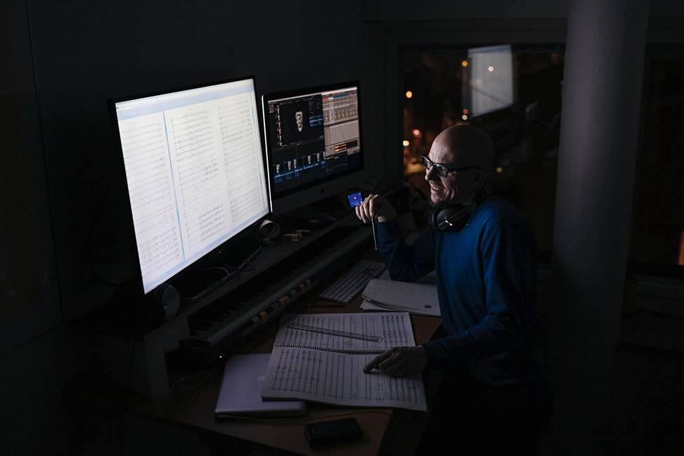 Säveltäjä Antti Auvinen kuvattuna työhuoneellaan Karjalatalossa Käpylässä 16. marraskuuta 2020.