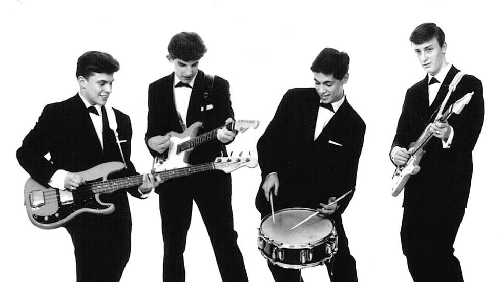 "The Sounds vuonna 1962: Peter Ekman (basso), Sten ""Bobi"" Söderblom (komppikitara), John ""Johnny"" Liebkind (rummut) ja Henrik Granö (soolokitara). – Kirjan kuvitusta."