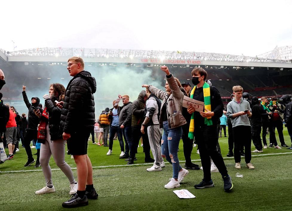 Manchester Unitedin kannattajia tunkeutui protestoimaan Old Trafford -stadionin kentälle viime sunnuntaina.