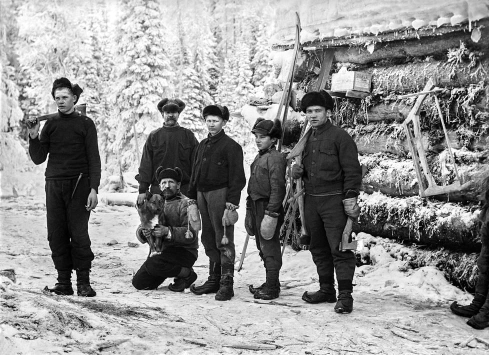 Eri ikäisiä savottajätkiä 1930-luvulla Rovaniemen maalaiskunnassa. Kolmas oikealta on Eino Kakko, hänen edessään koira sylissään on Juho Kakko. Oikealla seisoo Paavo Kotila. Jaloissaan jätkillä on ajan tavan mukaisesti kippurakärkiset nahkasaappaat. Ne olivat usein aluksi yksipohjaisia, mutta kun kengän pehmeä pohjanahka kului, niihin kiinnitettiin kovasta solanahasta uusi pohja ja kantalappu.