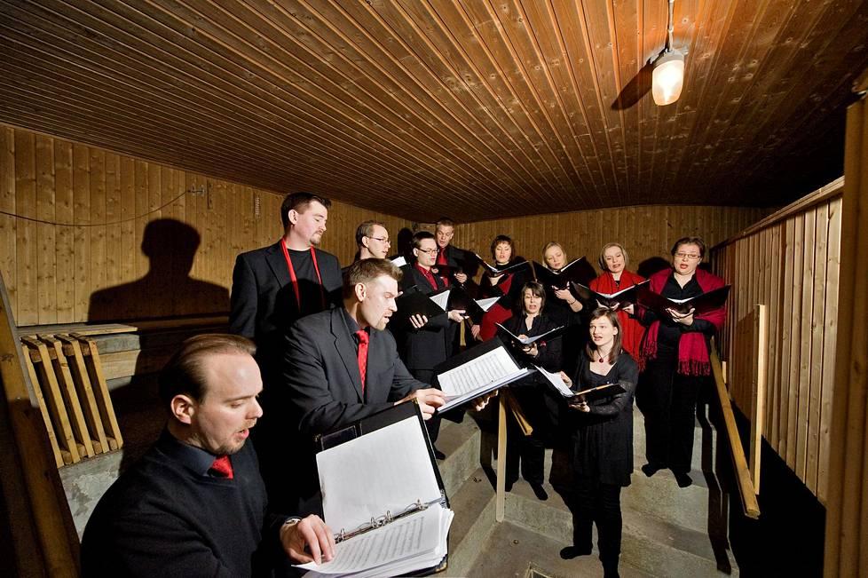 Utopia-kuoro testaa Harjutorin saunan akustiikkaa vuonna 2010.