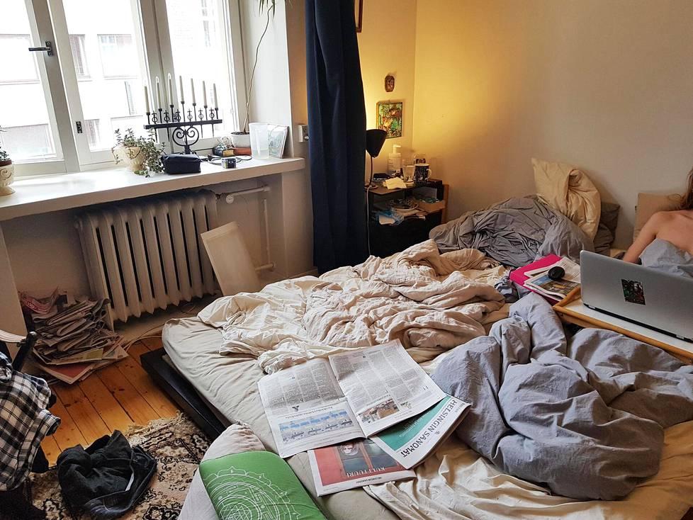 """Nainen kertoo viettävänsä kotona suurimman osan ajastaan makuuhuoneen sängyssä. """"Kumppanini on alasti koko ajan, koska etäluennoilla ei pidetä kameraa päällä. Vaatteet puetaan vain ulos mennessä"""", hän kertoo. Pariskunta syö vain sängyssä tai ravintolassa."""