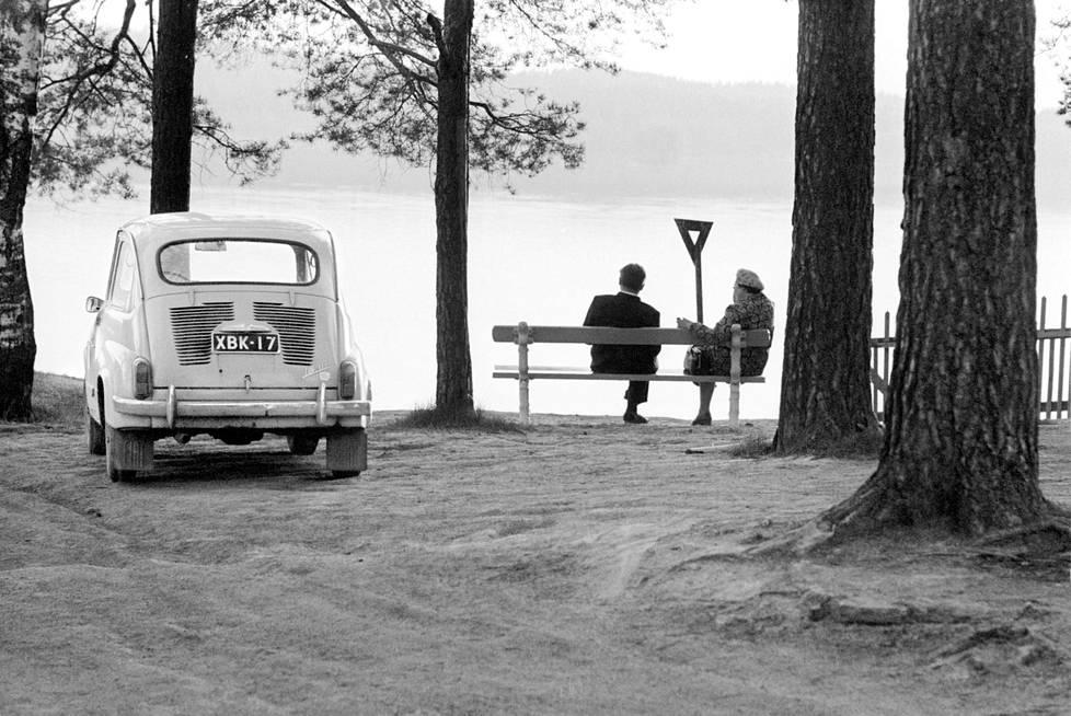Vuonna 1971 suomalaiseen kesäidylliin kuului järvimaisema ja Fiat 600.