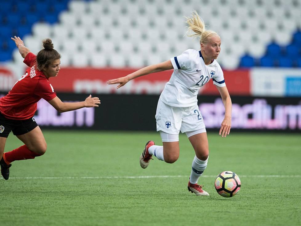 Eveliina Summanen kuljetti palloa MM-karsintaottelussa Itävaltaa vastaan 2018.