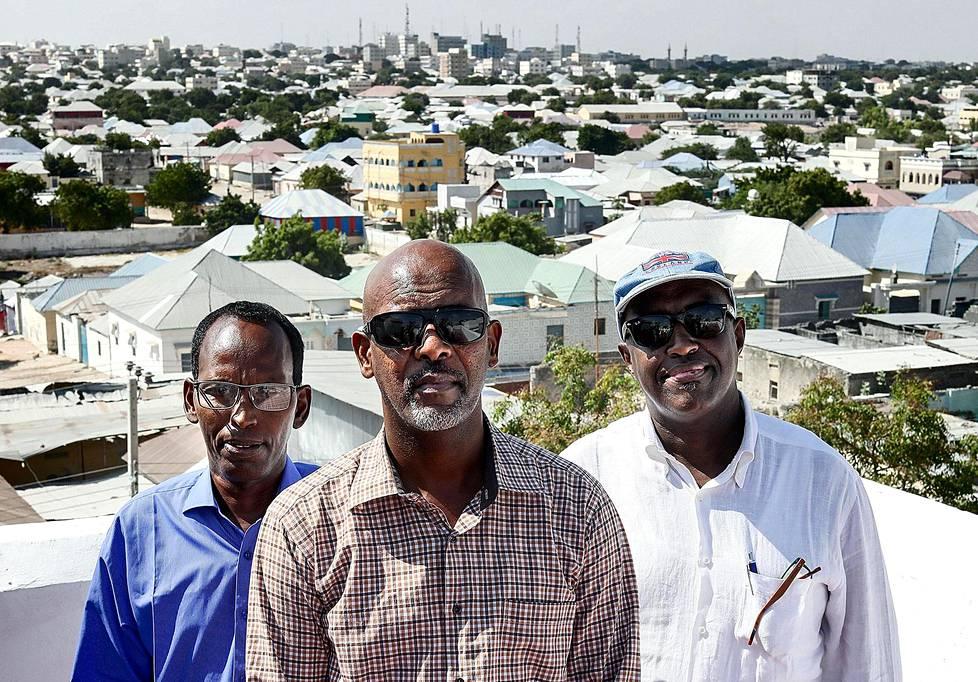 Suomensomalialaiset Salad Addawe (vas), Jama Egal ja Liban Ali ravintolan kattoterassilla Somalian pääkaupungissa Mogadishussa. Kaikki kolme ovat asuneet vuosia Suomessa, mutta palasivat Mogadishuun, koska haluavat auttaa Somalian nostamisessa jaloilleen. Mogadishussa asuu jo arviolta 50 Suomesta muuttanutta somalialaista.