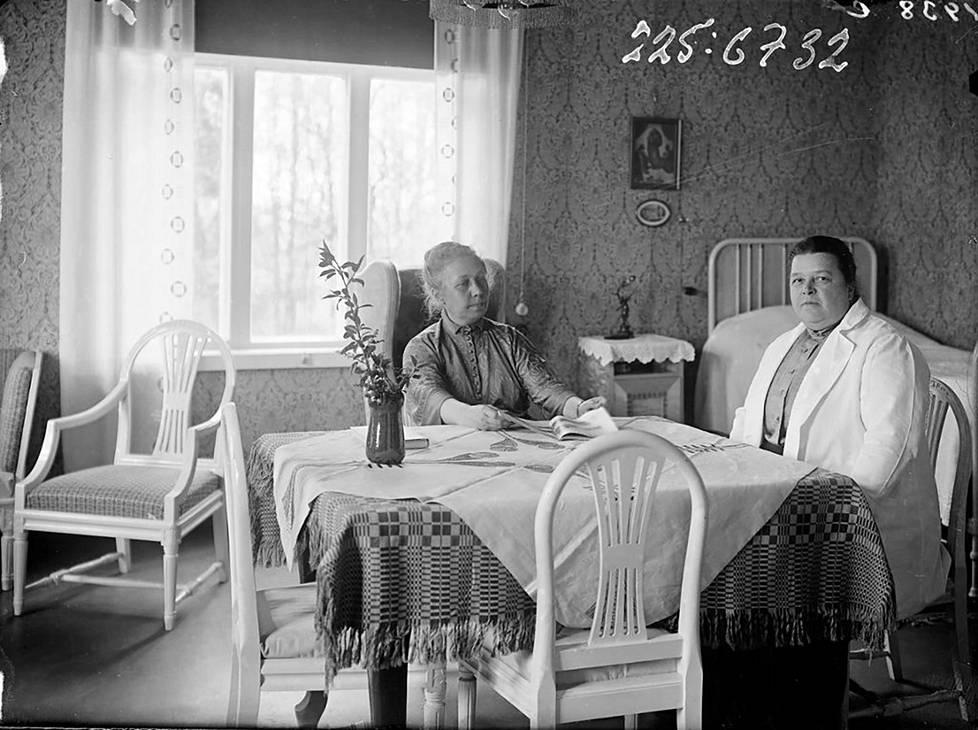 Wivi Lönn (vas.) ja Hanna Parviainen tutustuivat keski-iässä, ja heistä tuli kumppanit siihen asti, kun Parviainen kuoli 1938. He matkustelivat ja asuivatkin yhdessä sekä Pariisissa että Lönnin suunnittelemassa NNKY:n talossa Helsingissä.