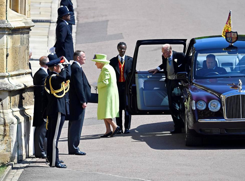 Englannin kuningatar Elisabet II astui ulos autostaan.