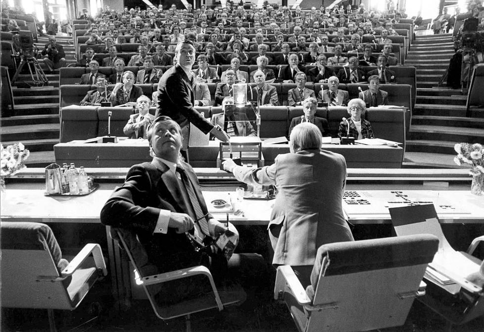 Konsensus-Suomen  ja kolmikannan symboliseksi kulminaatiopisteeksi mainitaan usein vuoden 1977 Korpilampi-seminaari, jonne poliitikot ja työmarkkinajohtajat yhdessä kokoontuivat. Kuvassa Suomen Pankin pääjohtaja Mauno Koivisto esittelee ja pääministeri  Kalevi Sorsa katselee.
