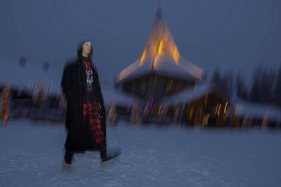 Sakari Sirniö, 21, muutti Kittilästä Rovaniemelle, koska työt hampurilaismyyjänä loppuivat koronapandemian vuoksi. Napapiirille joululahjaostoksille tullut Sirniö totesi, että hiljaista on. Hän on jouluihminen, ja joulussa tärkeää on perheen kanssa vietetty aika.