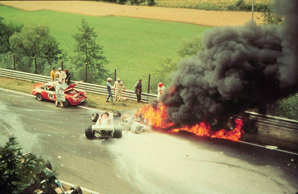 Niki Lauda pelastui palavasta autostaan viime hetkellä 1. elokuuta 1976.
