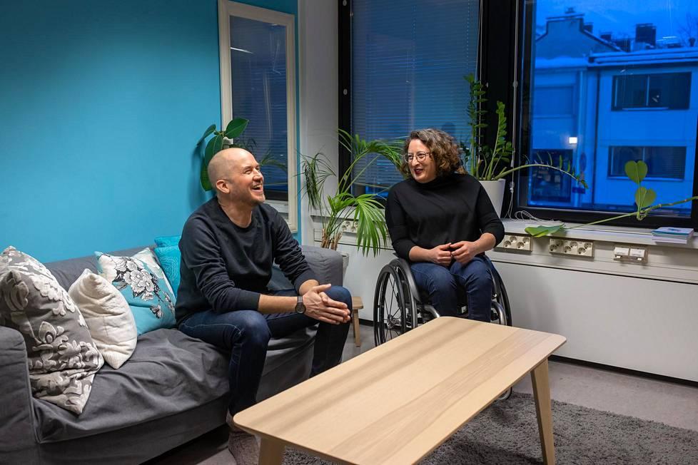 Tommy Lindgren ja Mina Mojtahedi ottivat hetkeksi kasvomaskit pois kuvausta varten.