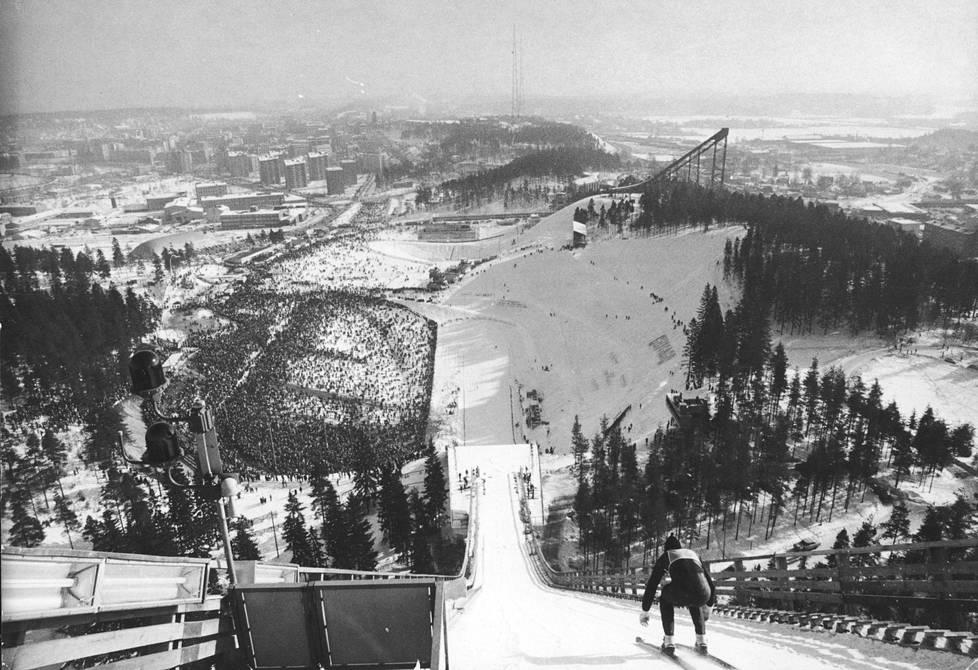 Ennen kisan siirtoa taustalla olevaan puumäkeen Suurmäen avajaisissa ehdittiin myös hypätä maaliskuussa 1972.