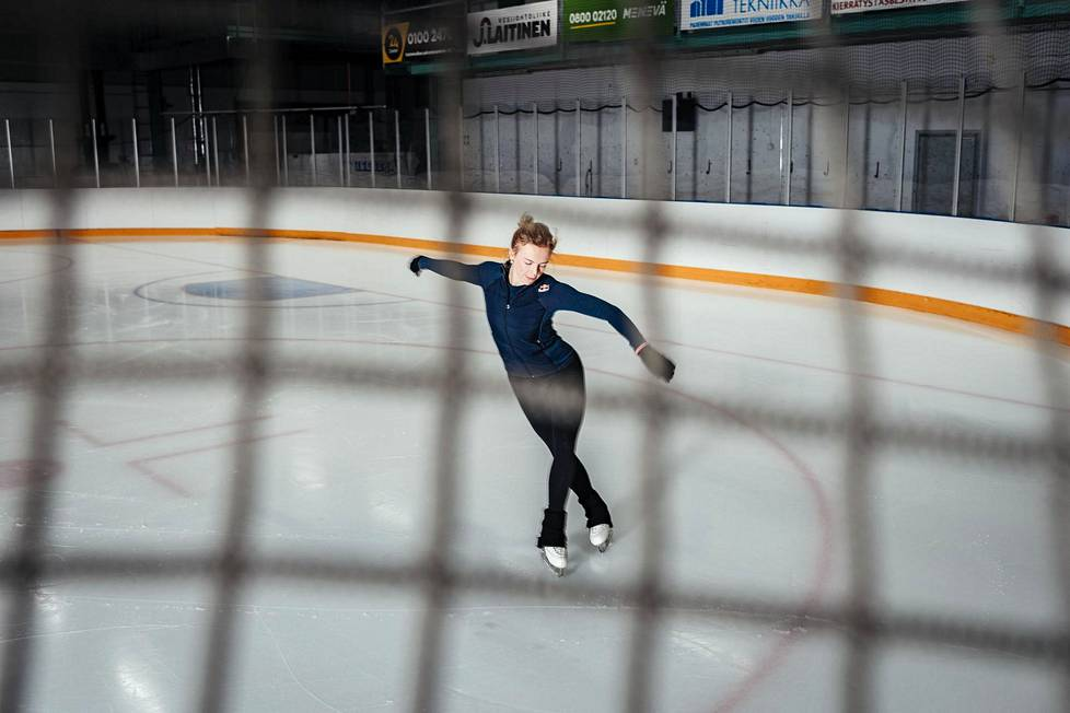 Emmi Peltonen is preparing for the second rehearsals of the day at Myyrmäki Ice Rink in Vantaa.