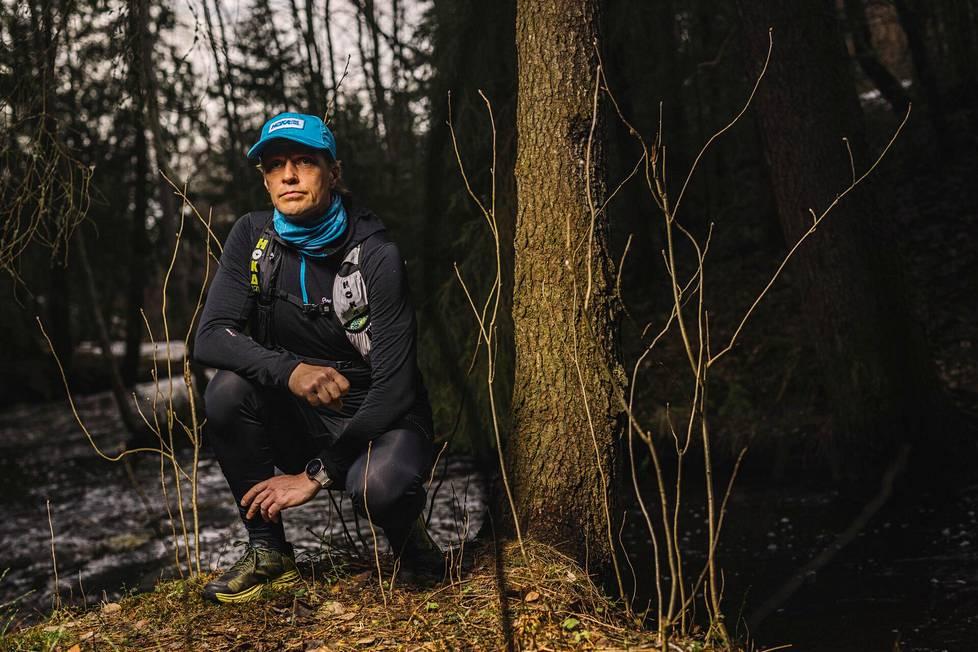 Ultrajuoksija Jarkko Aspegren Oulun Kuivasojan metsässä.