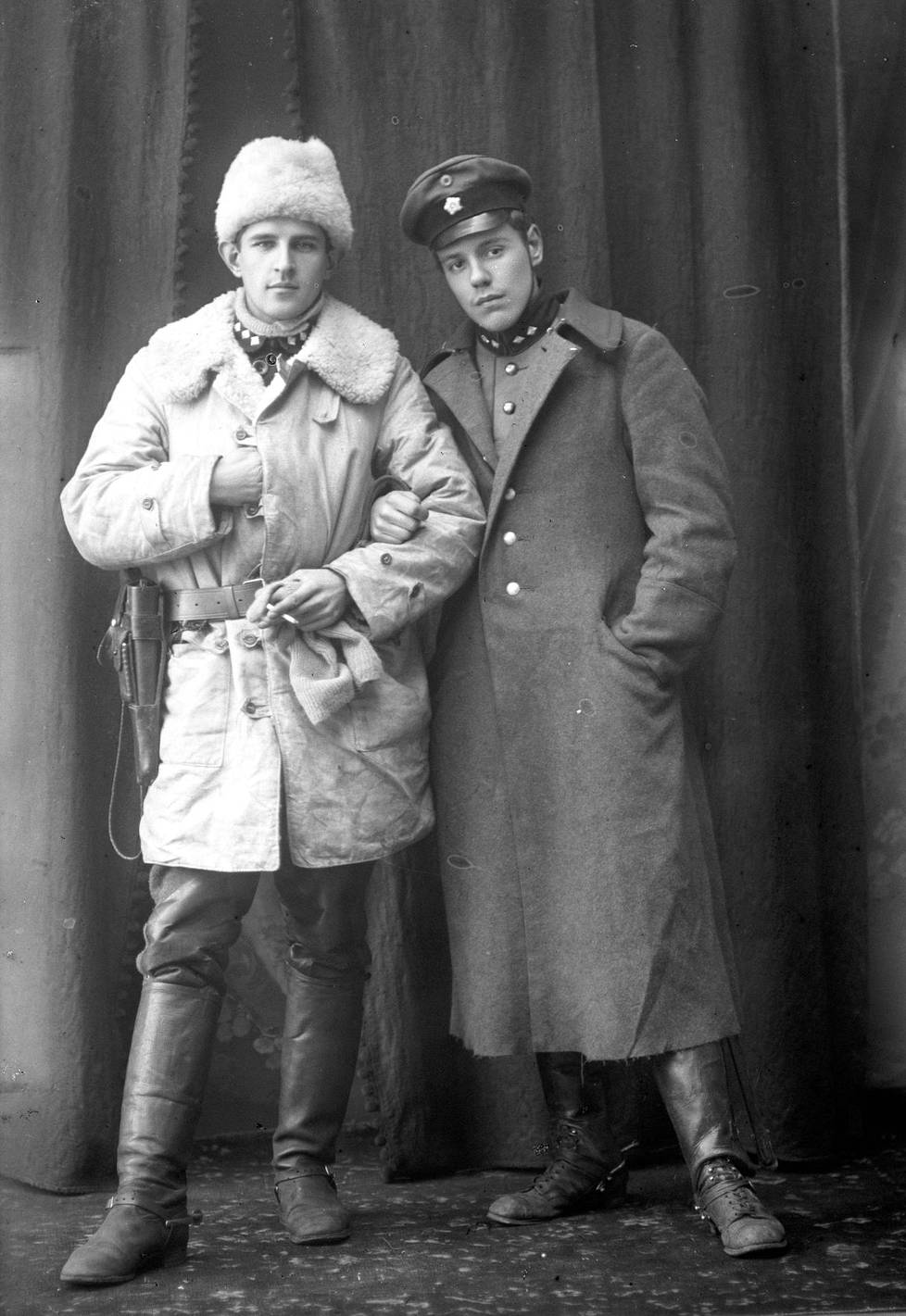 """Viron sotaan osallistuneet Ekströmin vapaajoukon tiedusteluosaston eli """"spanaarien"""" päällikkö ratsumestari Erkki Varmavuori (vas.) ja varapäällikkö luutnantti Karl Nygård. Kirjan kuvitusta."""
