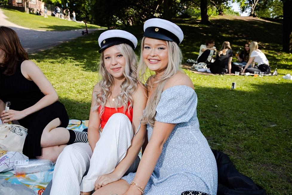 Pinja Vaarala (vas.) ja Riina Launonen saivat lauantaina lakin Järvenpäässä ja tulivat Helsinkiin viettämään iltaa. Niin ihanaa nähdä ystäviä, he sanoivat.