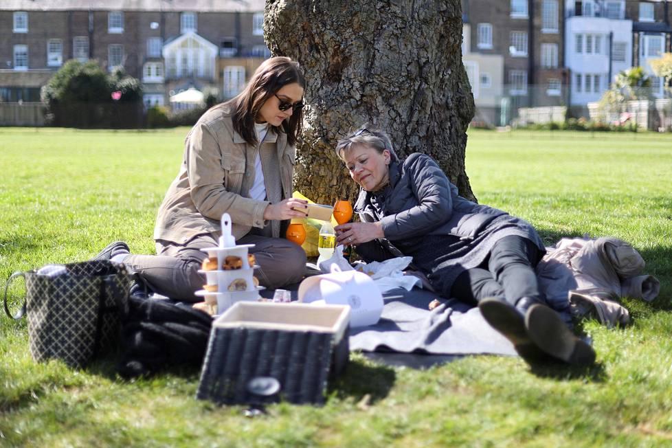 Ihmiset seurasivat prinssi Philipin hautajaisia piknikillään Windsorissa.