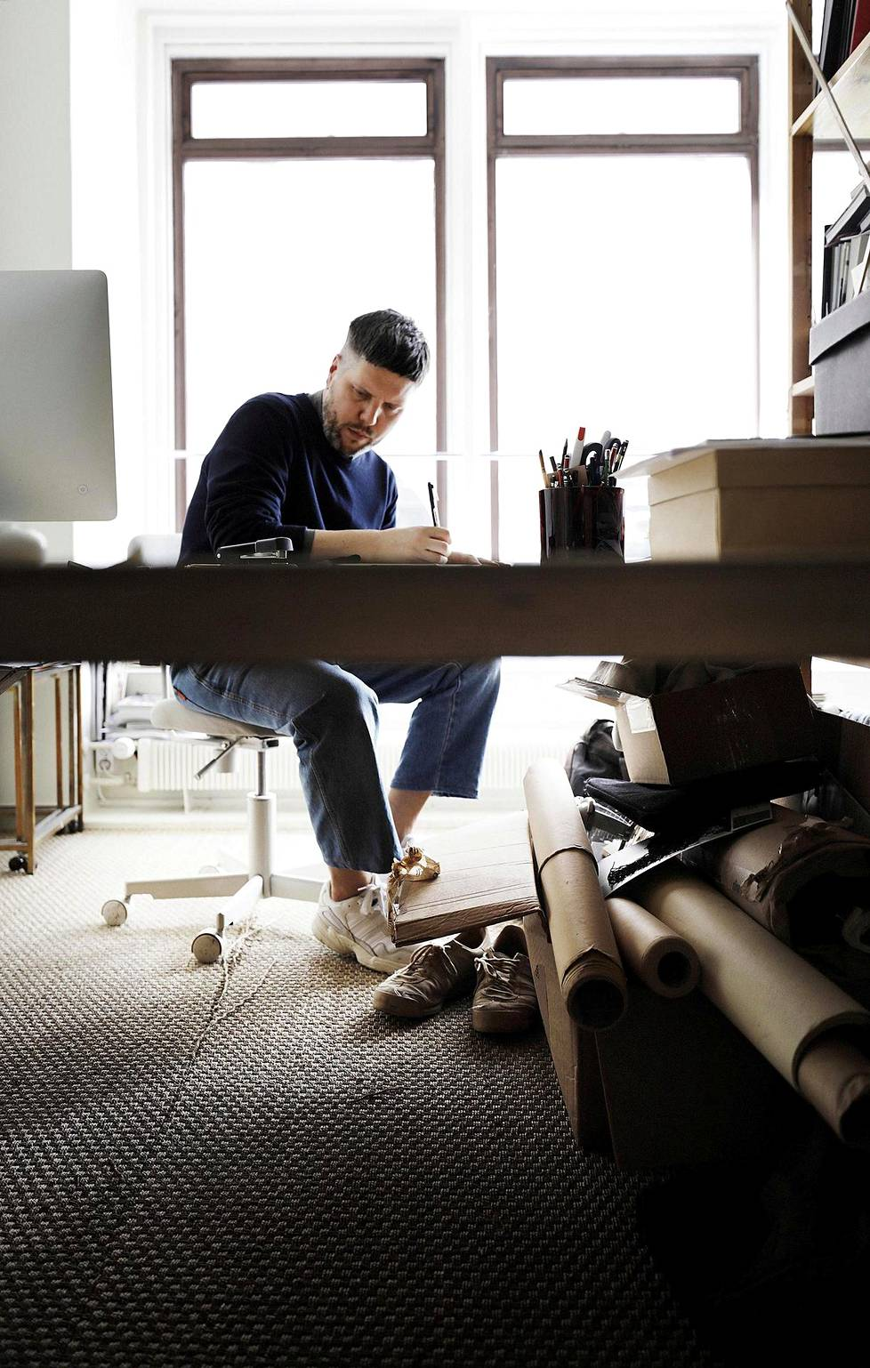 Talousvaikeuksien takia Samuji joutui luopumaan Kruununhaassa sijainneesta suunnittelustudiosta. Nyt Samu-Jussi Koski tekee töitä myymälän takahuoneessa.